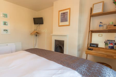 Lovely double or twin room near centre - Cowes - House