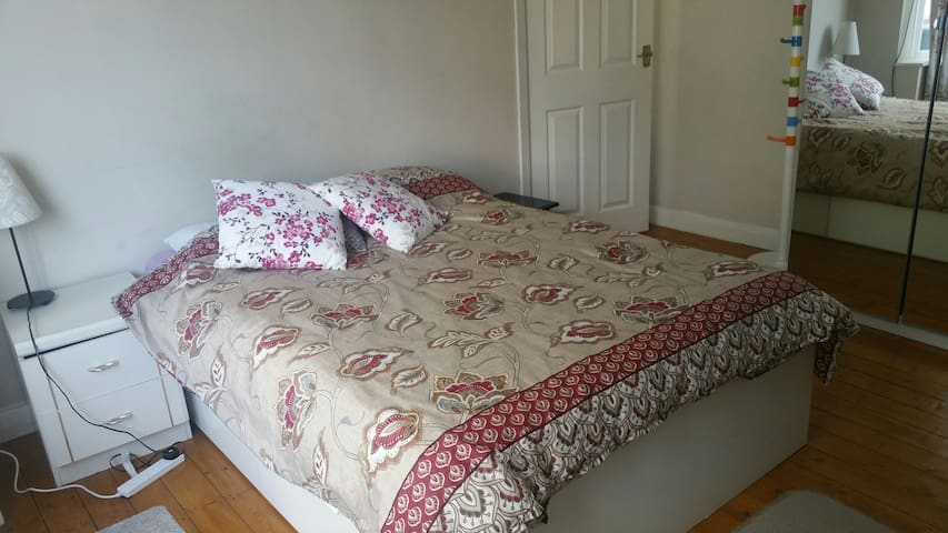 Double bed room in south west Coventry
