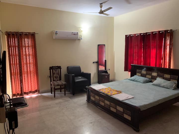 1.Pvt Room,king bed, attached bath, pvt villa