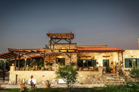 THALIA'S traditional country villa in olive trees - Galatas - วิลล่า