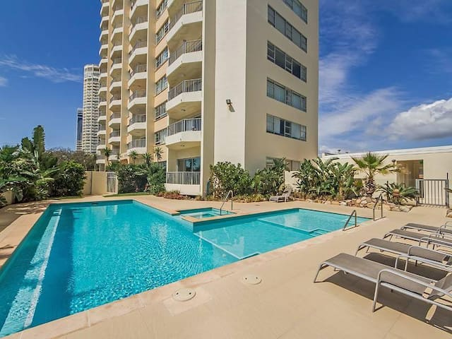 Couch/Sofa bed in beautiful Beachside Apartment - Surfers Paradise - Byt
