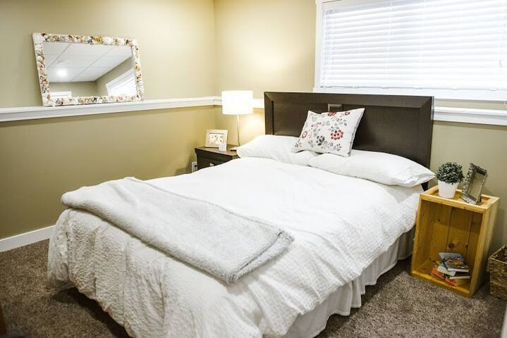 Queen bed with full closet and desk.