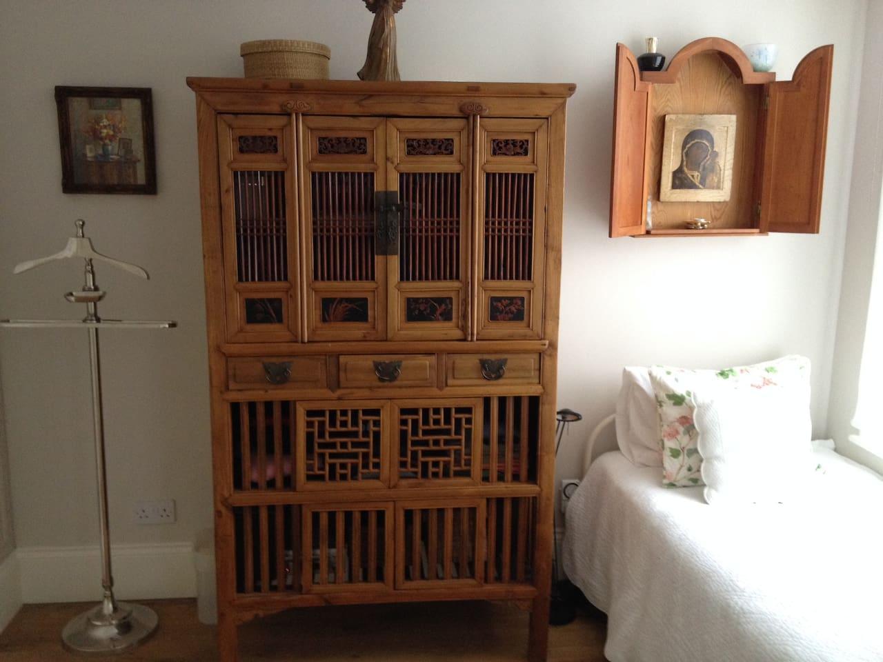 bright, cosy single room with plenty of storage
