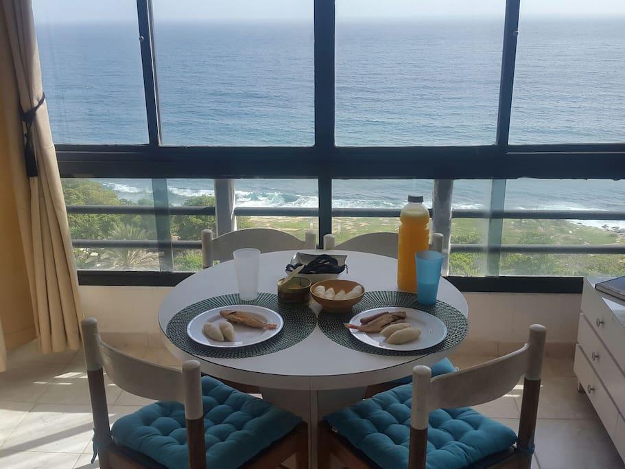 Desayune comodamente con vista al mar.