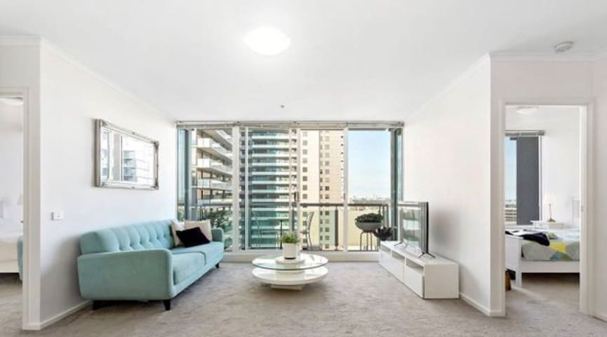At the heart of Melbourne (2BR+Carpark+Gym/Pool)