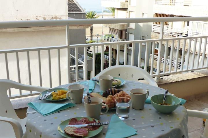 Cozy apartment next to the beach (parking/Wi-Fi)