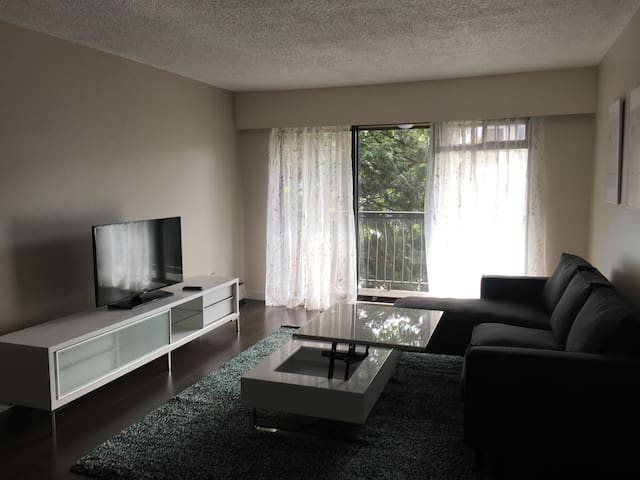 Modern & Bright West Broadway & Oak 1 Bedroom Unit