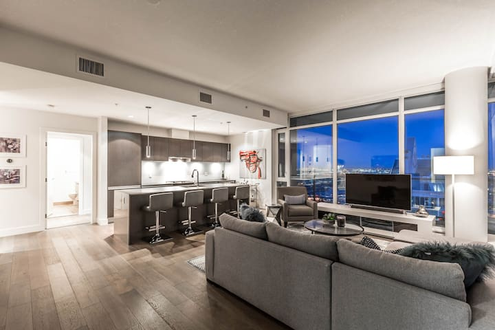 Spacious and stunning 38th floor Sub-Penthouse