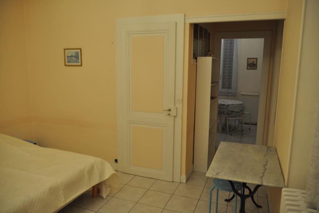la chambre, exposée sud et ouest, et la cuisine