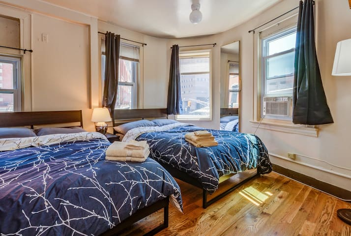 ★10min to Downtown NYC | Charming & Modern House★