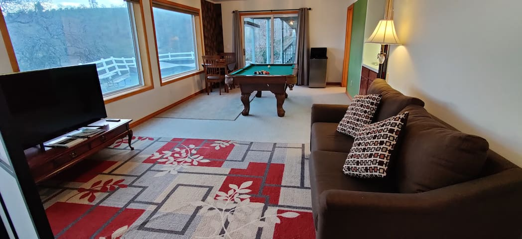 Large Studio Apt, Close to the Gorge, Great Views!