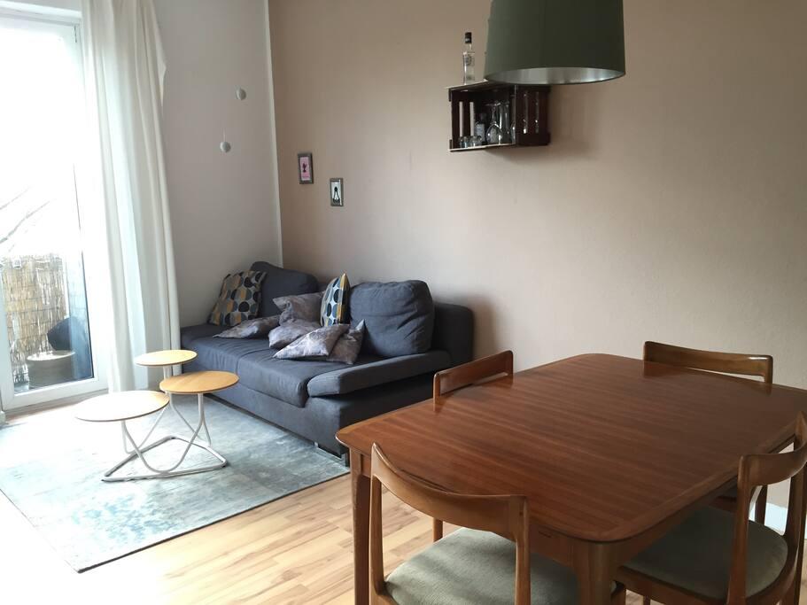 Wohn-/Esszimmer mit Balkon; living/dining room with balcony