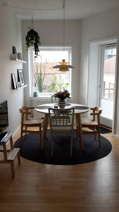 Spisebord - kan udvides, ekstra stole haves