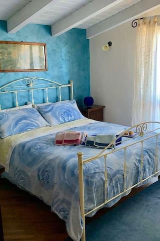 Camera da letto co  letto matrimoniale