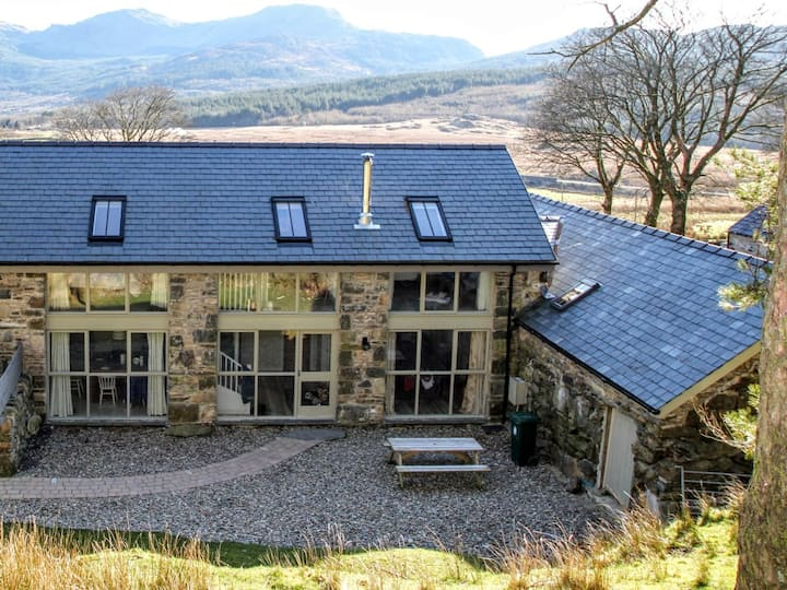 Cottage sleeps 6 with Hot Tub on Mt Snowdon