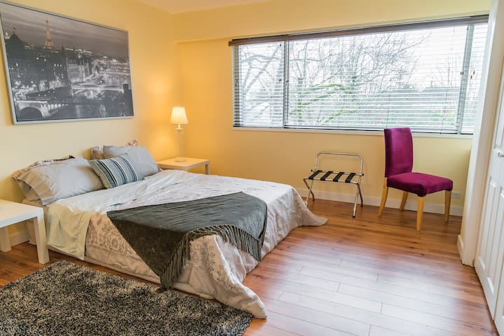 B. Paris Room - Large Sunny Room Close to SKYTRAIN - Vancouver - House
