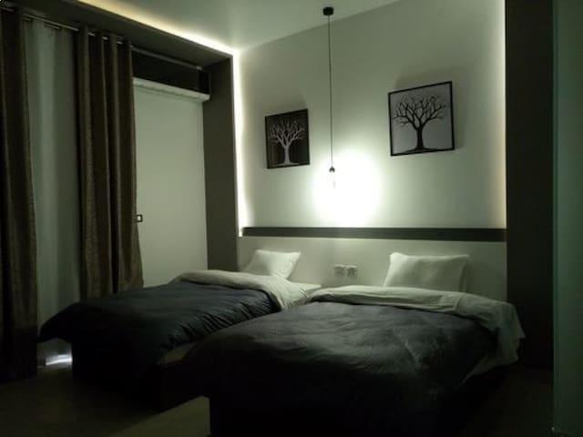 Deluxe 2 Single - Private Bathroom At AZAR Hotel !