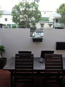 Private Courtyard on James St in City's Heart - Appartement