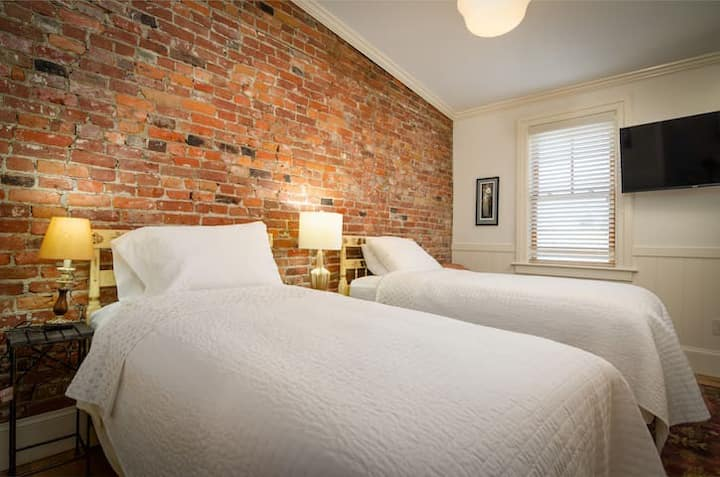 1867 Parkview Inn Boutique Hotel - Charming 2 Twin Beds