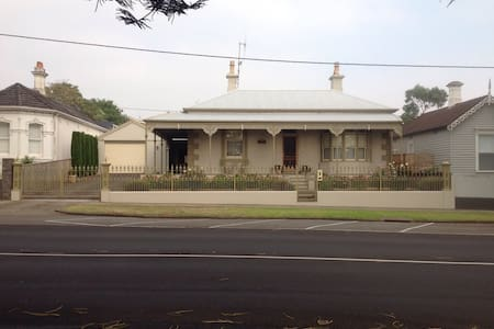 Victorian Home 5 minute walk to CBD - Warrnambool - Bed & Breakfast