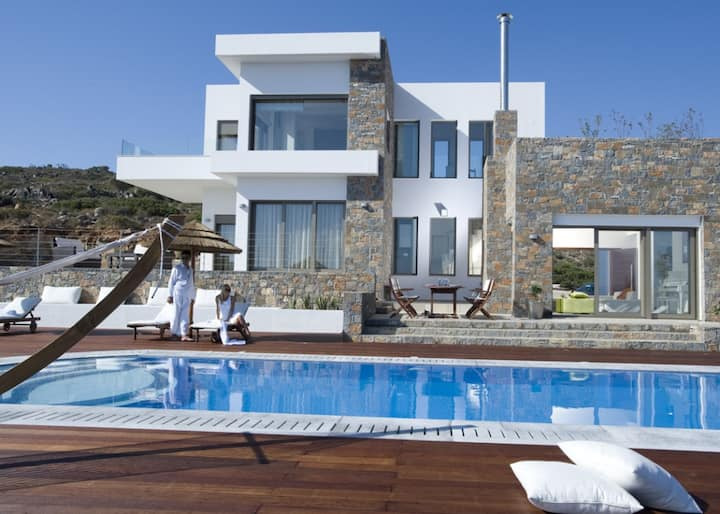 4-bdrm luxury pool villa with view to Mirabelo Bay