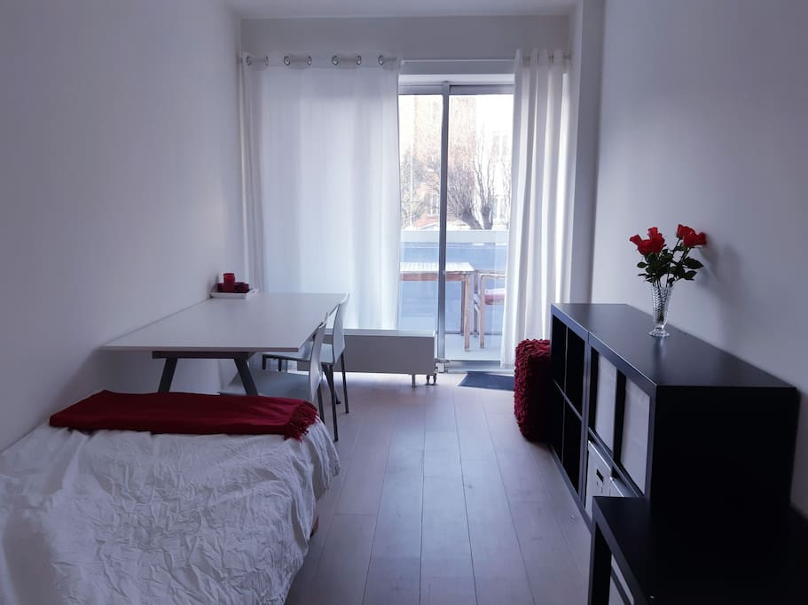 Your room with desk, direct access to the balcony, single bed and heating. No airco, but in general not needed for the Belgian climate.