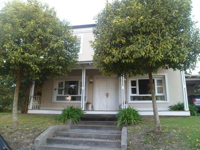casa, barrio cerrado,habitación para dos personas - Gonnet - House