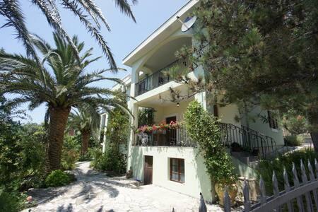 Nice 5 bedroom villa near beach - Сутоморе