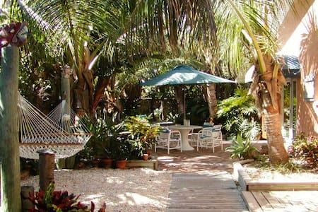 Tropical oceanfront garden villas - Indialantic - Villa