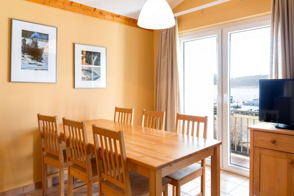 Esstisch im Wohnbereich - Essen mit Blick auf den See