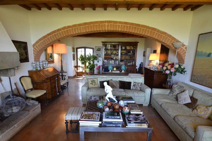 Pleasant Villa in Valiano with Terrace, Garden, Sun-loungers