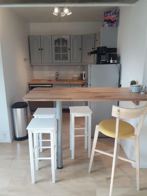 Cuisine équipée: four, plaque,hôte, lave vaisselle,micro-ondes, machine café, micro-onde