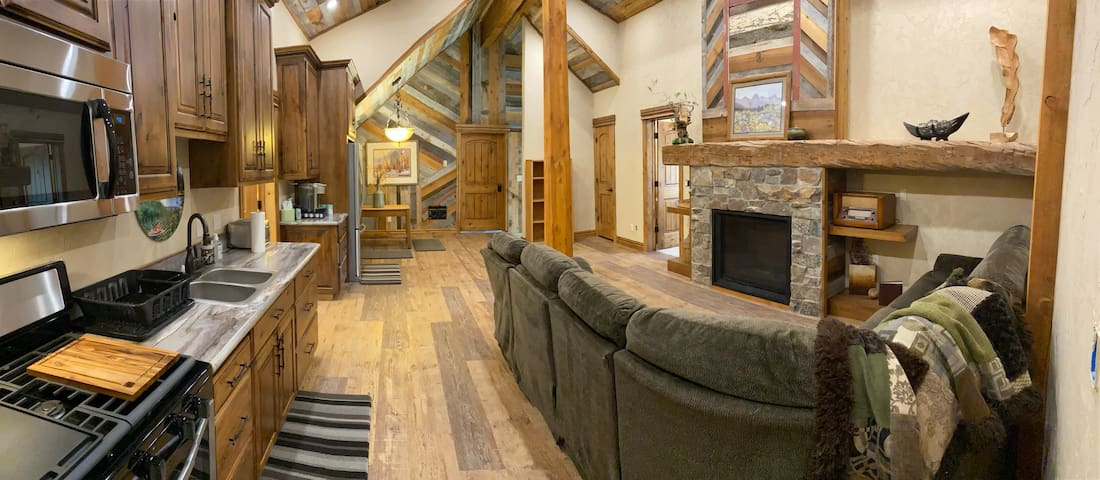 NEW RIVERFRONT RETREAT Sleeps5-6 NEAR YELLOWSTONE!