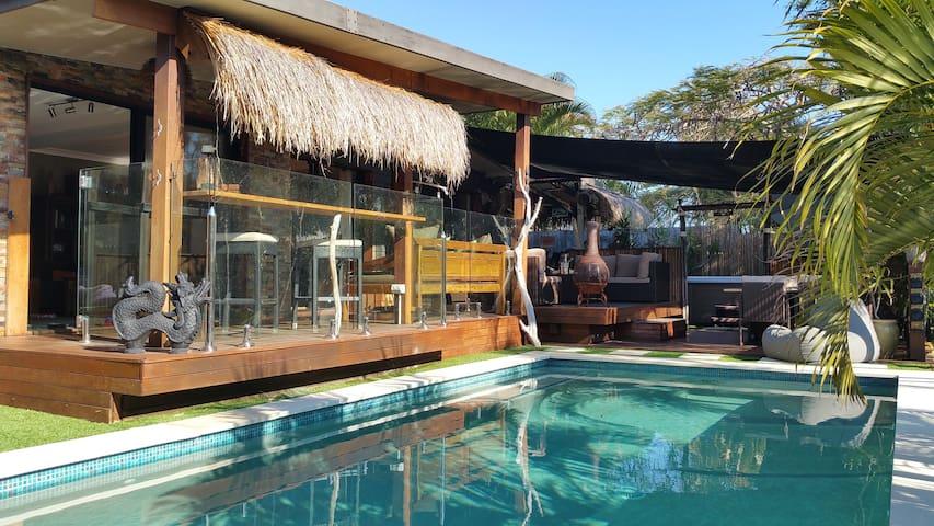 Tropical Bali home in Broadbeach - Broadbeach Waters - House