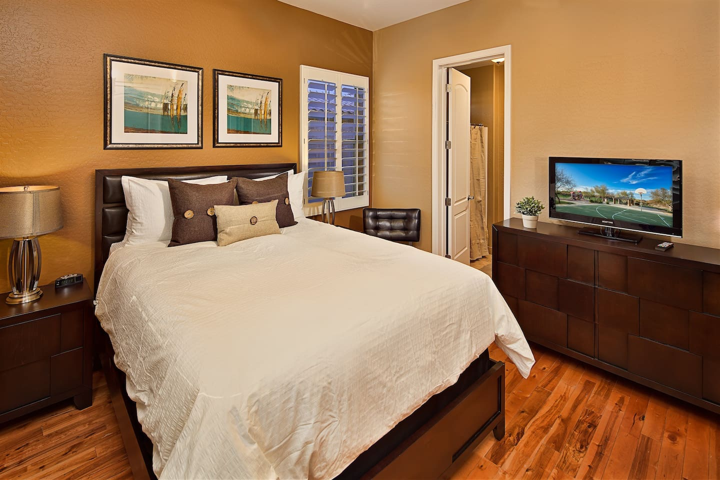Master Suite 2: Private Bathroom, TV, Downstairs