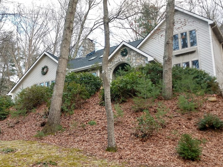 Quiet, private, and clean hideaway in Waynesville