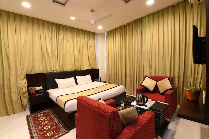Family Room For 4 people + AC + WiFi. Near Janmabhoomi & Railway Station