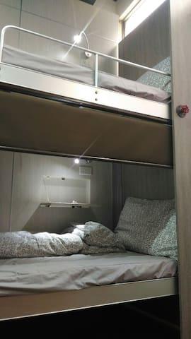 RESTbackbacker每床位下鋪設有捲簾,保有隱私權