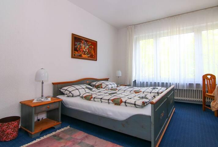 Doppelbettzimmer mit Balkon