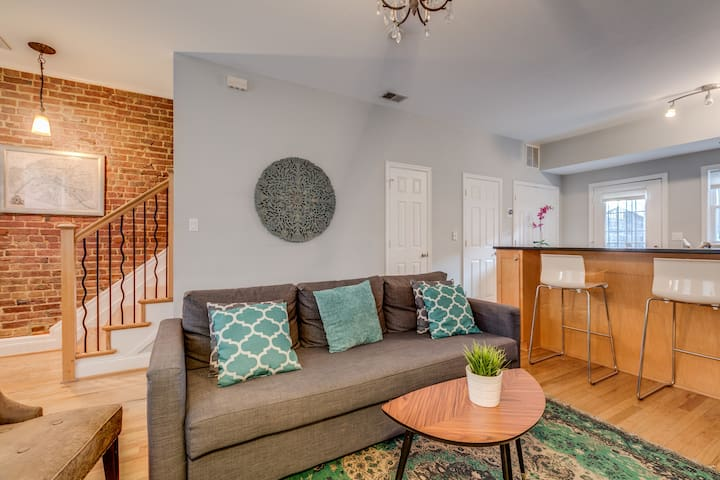 Cozy ✧ Perfectly Located Townhome Paid Parking