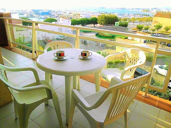 FANTASTIC SITUATION IN FRONT OF THE FISHING PORT AND WITH A VIEW OF THE BAY. BIG TERRACE. AIR CONDITIONING. PRIVATE PARKING