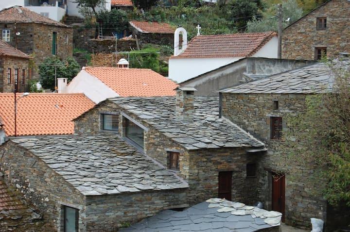 Casa moderna numa aldeia de xisto/Acesso a piscina
