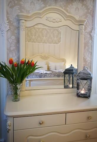 Kommode mit Spiegel im Schlafzimmer