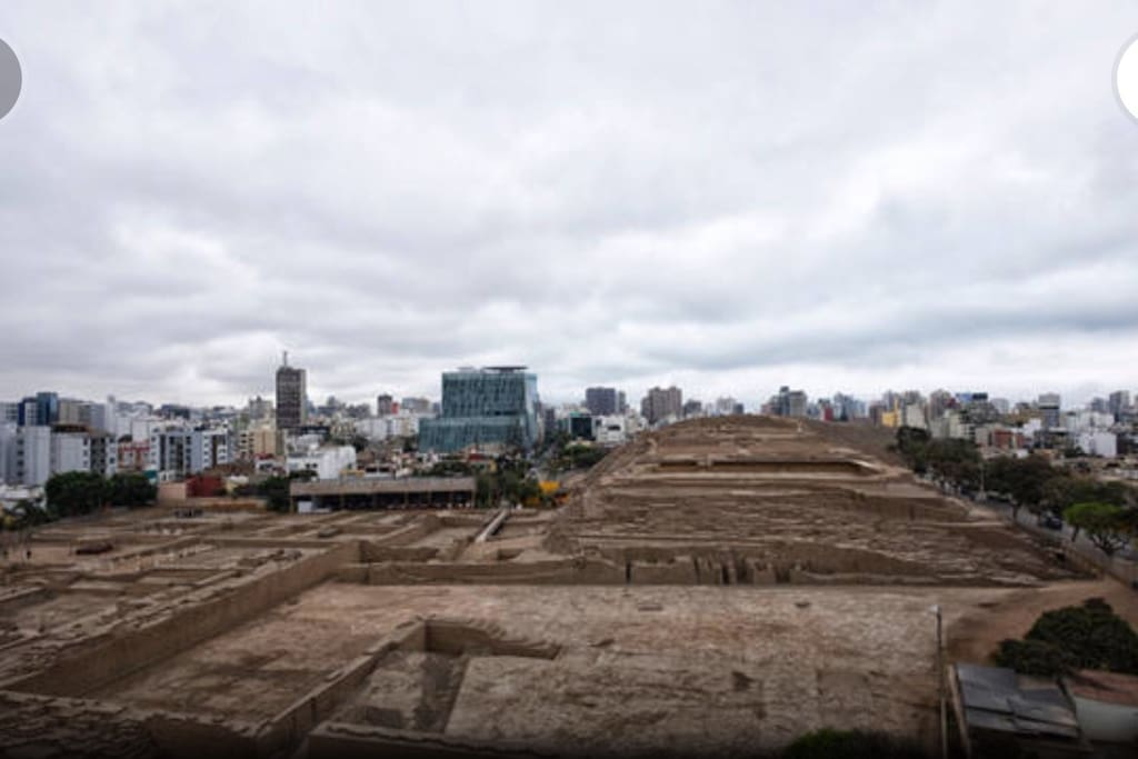 Waterfront Residential Pucllana is at the Huaca Pucllana, tourist park cuktural considered universal heritage Frente al la Residencial Pucllana se encuantra LA HUACA PUCLLANA, parque turistico considerado patrimonio cuktural universal