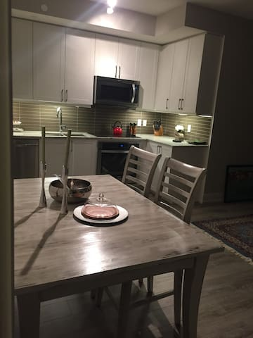 Luxury 1 bedroom plus den condo - Richmond Hill - Apartment