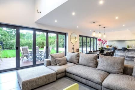 Stunning and spacious house in leafy Lightwater - Lightwater - Hus