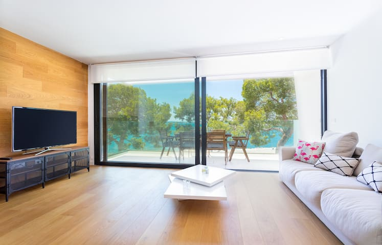 MODERN & LUMINOUS 3-Bedroom Alcudia Apartment with SEA VIEWS in Alcudia