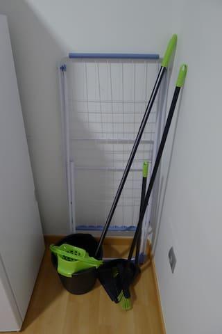 Tendedero, cubo de la fregona y escoba y recogedor | Clothes line, mop bucket and broom and dustpan