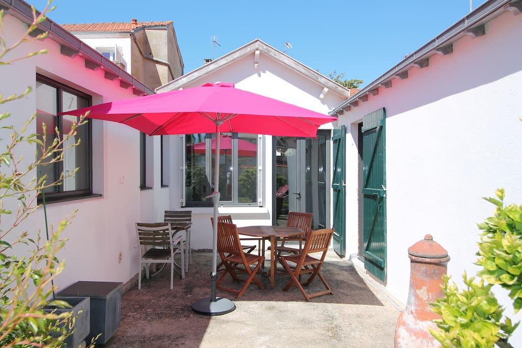 Terrasse avec table de jardin et parasol