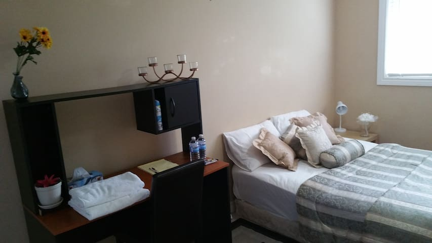 Beautiful, Upgraded Room. Convenient Location. - Hamilton - Huis